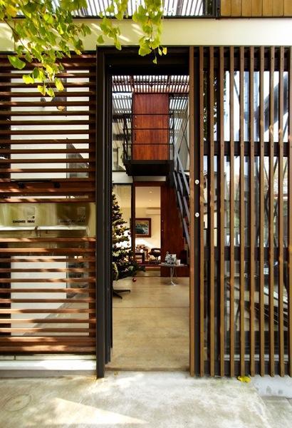 『I・M邸』光を共有する二世帯住宅の写真 格子戸の玄関
