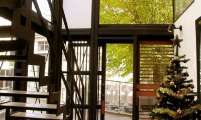 『I・M邸』光を共有する二世帯住宅 (吹き抜けの玄関ホール)