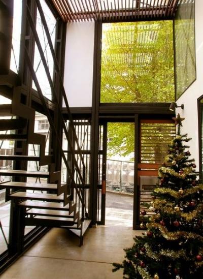 吹き抜けの玄関ホール (『I・M邸』光を共有する二世帯住宅)