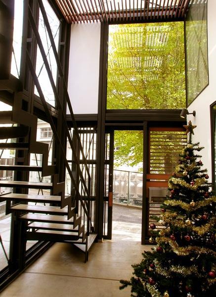 『I・M邸』光を共有する二世帯住宅の写真 吹き抜けの玄関ホール