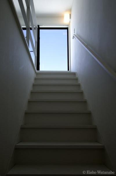 シンプルな階段室 (『I・M邸』光を共有する二世帯住宅)