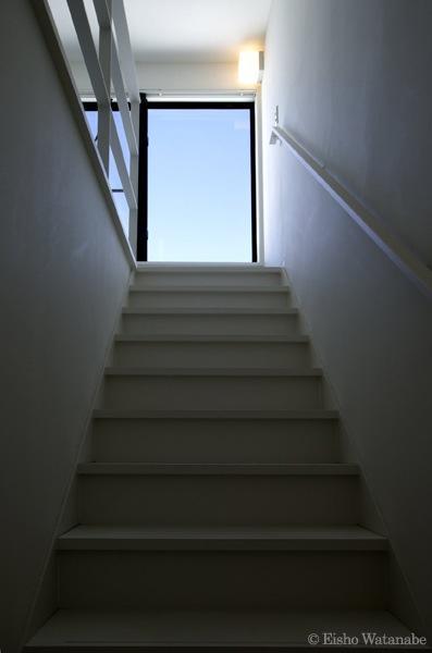 『I・M邸』光を共有する二世帯住宅の写真 シンプルな階段室