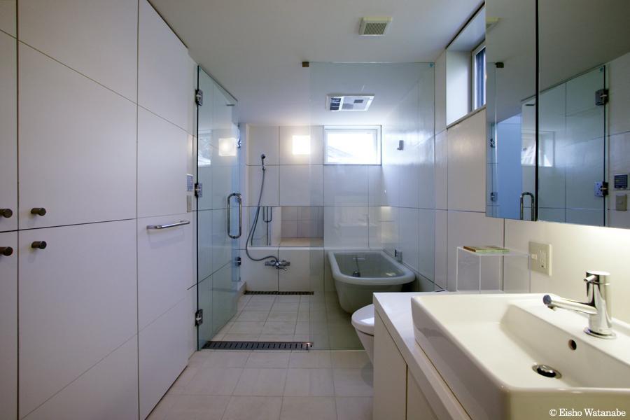 『I・M邸』光を共有する二世帯住宅 (白で統一された開放的なバスルーム)