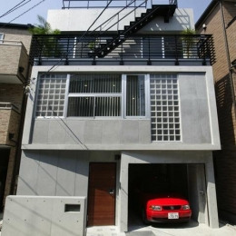 『I・K邸』コンパクト&機能満載の住まい (コンクリート打ち放しの外観)
