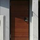コンクリート壁に木製玄関ドア