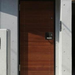 『I・K邸』コンパクト&機能満載の住まい (コンクリート壁に木製玄関ドア)