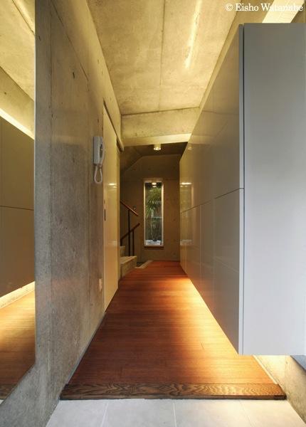 『I・K邸』コンパクト&機能満載の住まい (収納たっぷりの広々玄関)