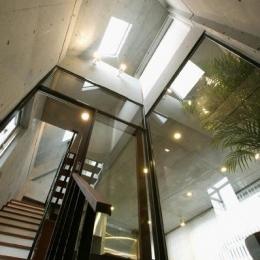 『I・K邸』コンパクト&機能満載の住まい (トップライトのある吹き抜けの階段)