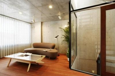 縦型ブラインドの大人リビング (『I・K邸』コンパクト&機能満載の住まい)