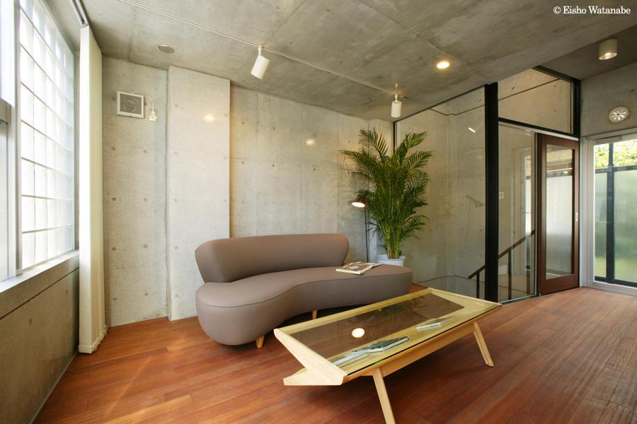 『I・K邸』コンパクト&機能満載の住まい (コンクリート打ち放しの明るいリビング)