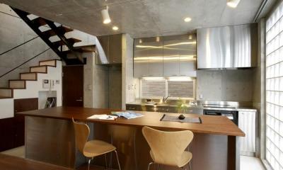 『I・K邸』コンパクト&機能満載の住まい (カウンターテーブル付きのキッチン)