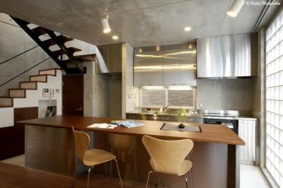 カウンターテーブル付きのキッチン (『I・K邸』コンパクト&機能満載の住まい)