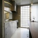 ガラスブロックより光を取り入れるキッチン