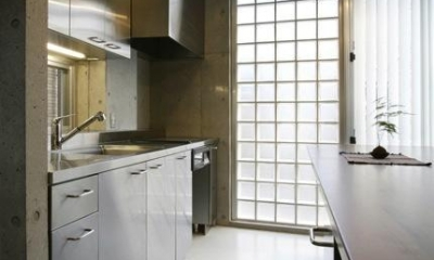 『I・K邸』コンパクト&機能満載の住まい (ガラスブロックより光を取り入れるキッチン)