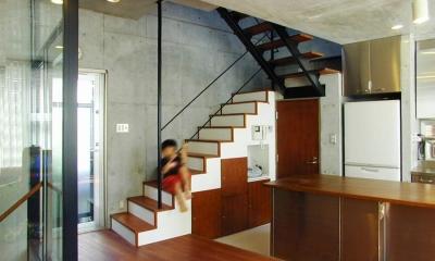 『I・K邸』コンパクト&機能満載の住まい (階段下を収納スペースに)