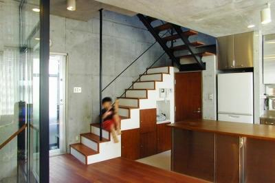 階段下を収納スペースに (『I・K邸』コンパクト&機能満載の住まい)