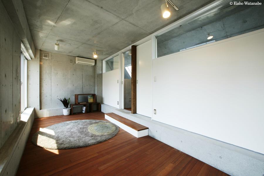 『I・K邸』コンパクト&機能満載の住まい (コンクリート打ち放しの寝室)