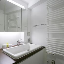 『I・K邸』コンパクト&機能満載の住まい (白基調の洗面スペース)
