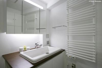 白基調の洗面スペース (『I・K邸』コンパクト&機能満載の住まい)
