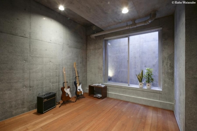 趣味を楽しむ地下室 (『I・K邸』コンパクト&機能満載の住まい)
