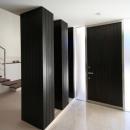 黒いドアの明るい玄関ホール