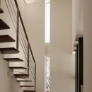 スリット窓からの光が広がる吹き抜け階段