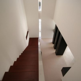 『公園を臨む家』公園を借景とする明るい住まい (吹き抜けの階段を見下ろす)