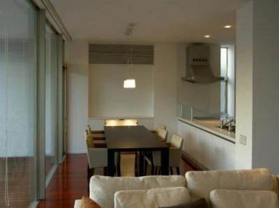 ダイニング・対面式キッチン (『公園を臨む家』公園を借景とする明るい住まい)