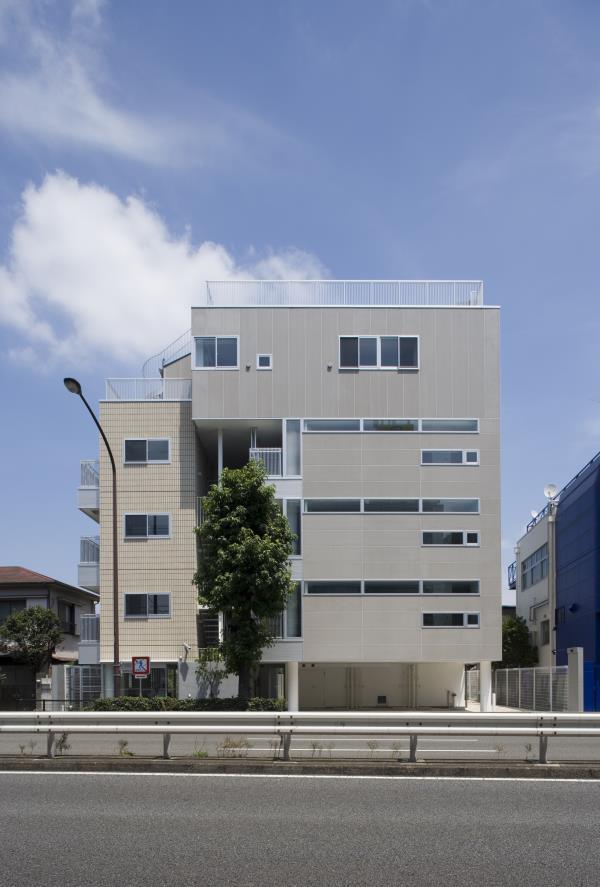 『尾山台の集合住宅』シンプルモダンな集合住宅の部屋 集合住宅外観