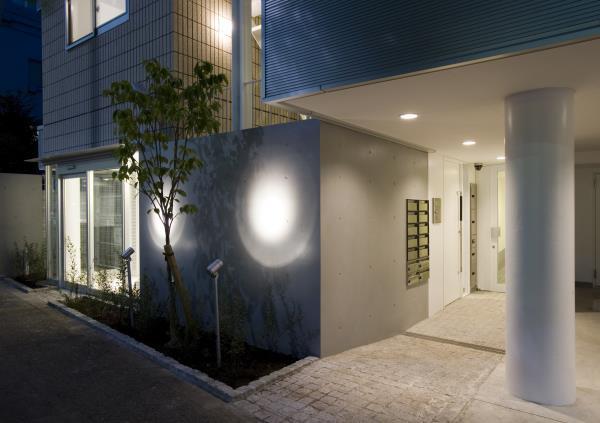 『尾山台の集合住宅』シンプルモダンな集合住宅の部屋 明るい光が迎えるエントランス