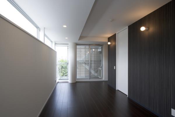 『尾山台の集合住宅』シンプルモダンな集合住宅の部屋 シンプルモダンな洋室-2