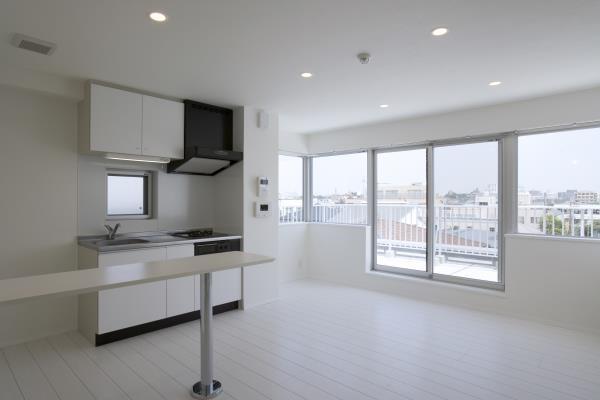 『尾山台の集合住宅』シンプルモダンな集合住宅の部屋 room2-白基調の明るいLDK