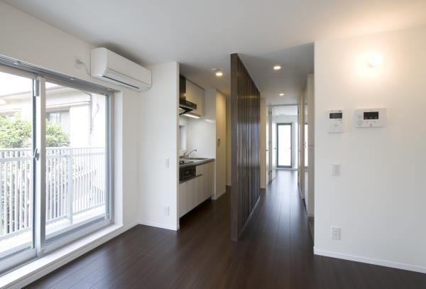 『尾山台の集合住宅』シンプルモダンな集合住宅の部屋 room3-キッチン・廊下
