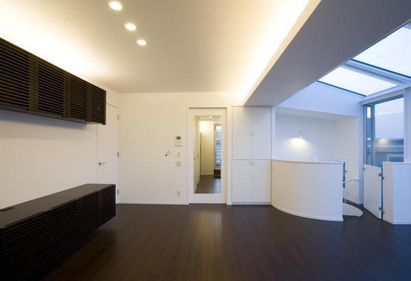 『尾山台の集合住宅』シンプルモダンな集合住宅の部屋 room4-ダークブラウンの床のリビング