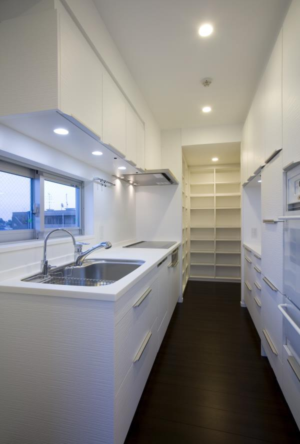 『尾山台の集合住宅』シンプルモダンな集合住宅の部屋 room5-収納たっぷりの白いキッチン