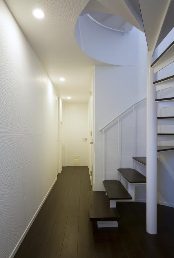 『尾山台の集合住宅』シンプルモダンな集合住宅の部屋 廊下・螺旋階段