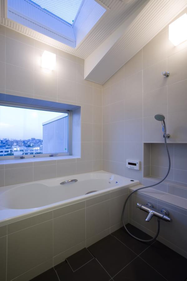 『尾山台の集合住宅』シンプルモダンな集合住宅の部屋 トップライトのある明るい浴室