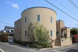 『M邸』4LDKから2世帯住宅へリノベーション (曲線が美しい外観)