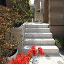 白タイルのアプローチ階段