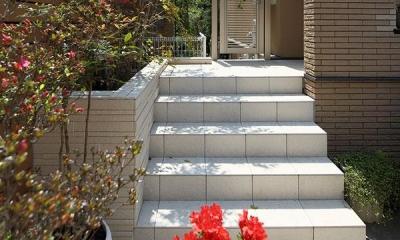 『M邸』4LDKから2世帯住宅へリノベーション (白タイルのアプローチ階段)