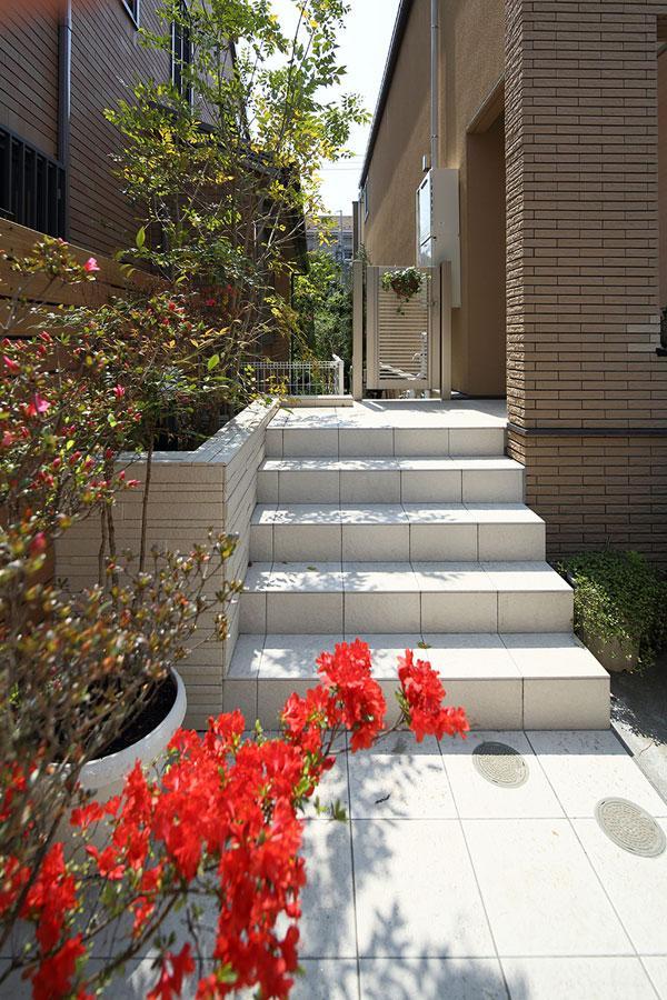 『M邸』4LDKから2世帯住宅へリノベーションの部屋 白タイルのアプローチ階段