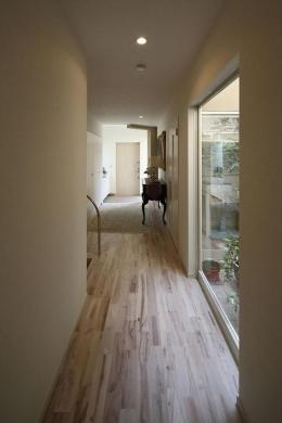 『M邸』4LDKから2世帯住宅へリノベーション (中庭に面する明るい廊下)