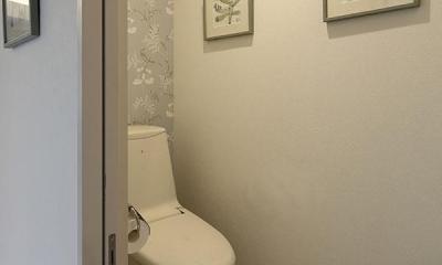 『M邸』4LDKから2世帯住宅へリノベーション (アクセントクロスで上品なトイレ空間)