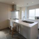 子世帯-石タイル床の開放的なキッチン