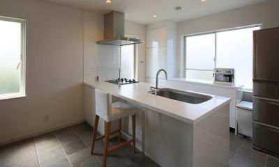 子世帯-石タイル床の開放的なキッチン|『M邸』4LDKから2世帯住宅へリノベーション