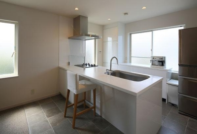 『M邸』4LDKから2世帯住宅へリノベーション (子世帯-石タイル床の開放的なキッチン)