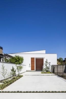 『高松の家』中庭を囲む平屋住宅 (白い平屋住宅外観)