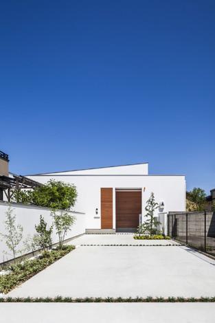 『高松の家』中庭を囲む平屋住宅の部屋 白い平屋住宅外観