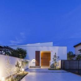 『高松の家』中庭を囲む平屋住宅 (白い平屋住宅夜景)