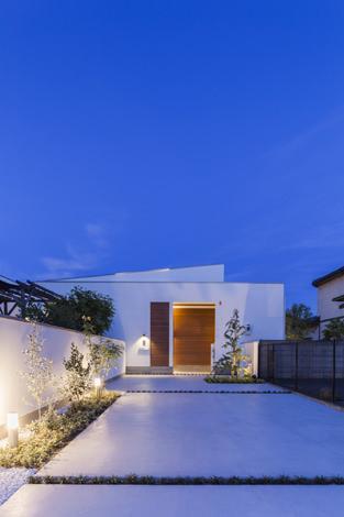 『高松の家』中庭を囲む平屋住宅の部屋 白い平屋住宅夜景